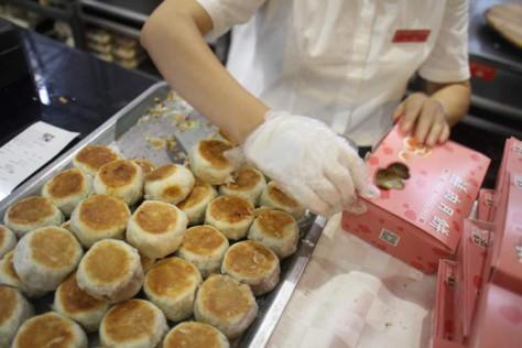 光明邨大酒家的鲜肉月饼(陈燕菁 拍摄)