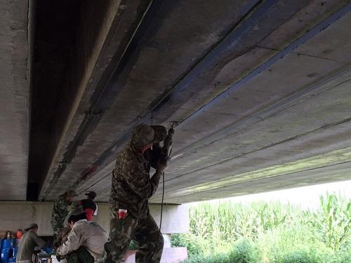 按桥梁加固规范施工